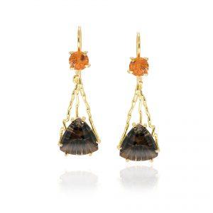 Gouden oorhangers met driehoekige rookkwarts en een oranje mandarijn granaat