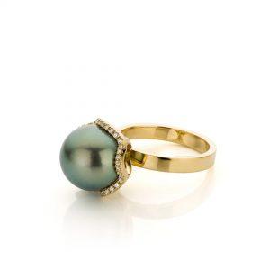 geelgouden ring met tahitiparel en diamanten - Sabine Eekels