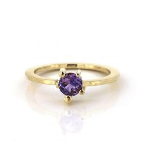 gouden ring met onevenzetting en roze-saffier