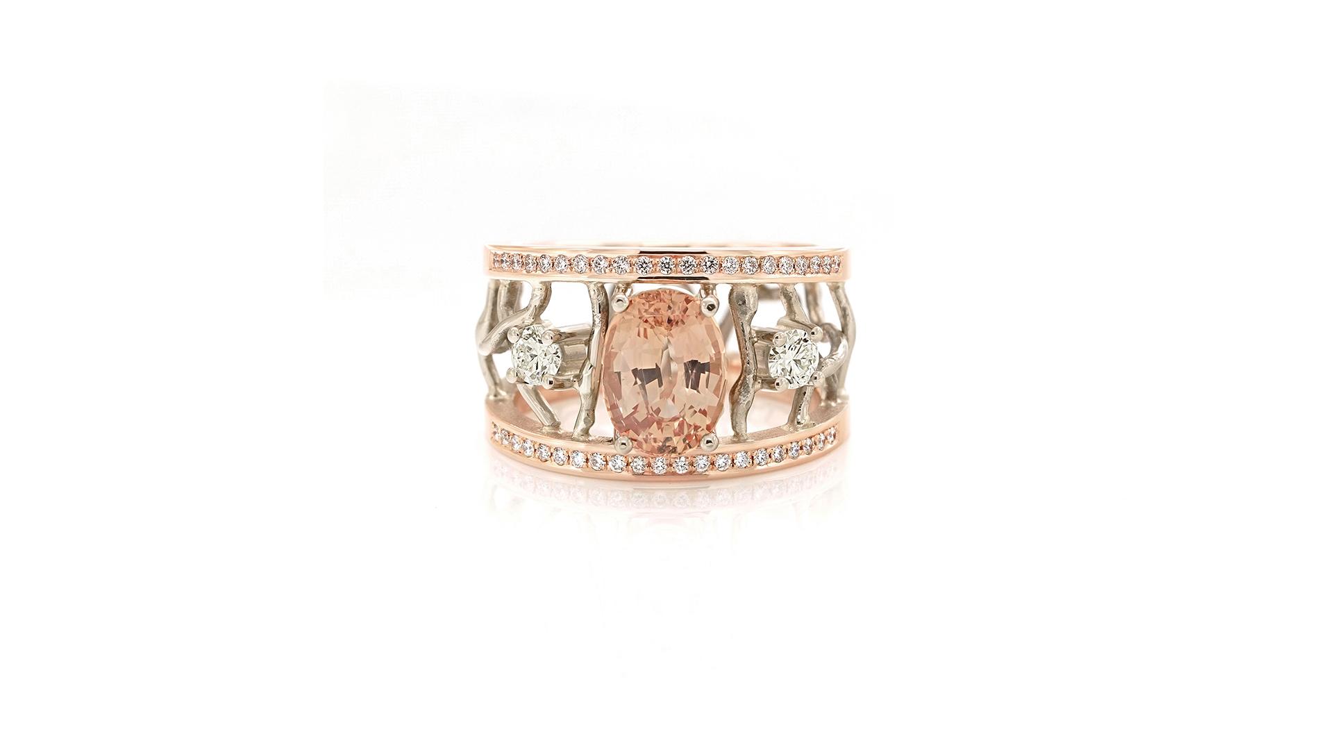 Sabine Eekels - 18 karaat roodgouden ring met witgouden, gesmolten draden, diamanten een een hele mooie, ovale zalmroze saffier