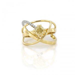 Sabine Eekels - 18 kt geelgouden fantasie ring met een cape kleurige, kussen geslepen diamant en diamantjes gezet in een witgouden streepje
