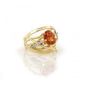 Sabine Eekels - Geelgouden ring met oranje granaat met aan beide zijden gezette diamantjes