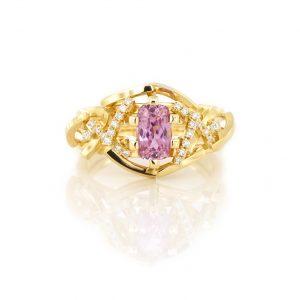 Sabine Eekels - 18 kt geelgouden ring met rechthoekige, kussengeslepen, roze saffier en diamanten