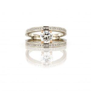 Sabine Eekels - Champagne kleurig gouden ring met een 1 ct diamant gezet in een roodgouden zetting en diamantjes in de zijkanten