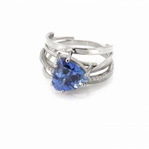 Witgouden ring met een driehoekige tanzaniet-steen en diamanten