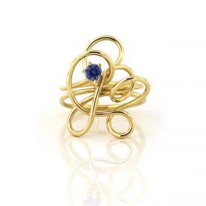 Sabine Eekels - 18 kt geelgouden kronkelring, bestaande uit 1 draad met een blauwe saffier