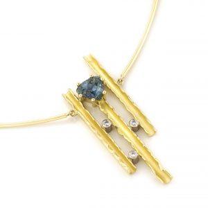 Sabine Eekels - 18 kt geelgouden fantasiehanger met een blauw/groene, driehoekig geslepen saffier en diamanten