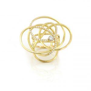Sabine Eekels - 18 kt geelgouden kronkelring met diamanten