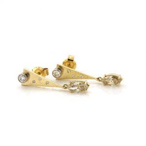Sabine Eekels - 18 kt geelgouden oorstekers met champagne kleurige, markies geslepen diamanten en enkele witte diamanten