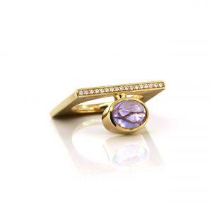 Sabine Eekels - 14 kt geelgouden ring met een licht paarse, cabochon geslepen saffier en een rijtje diamanten