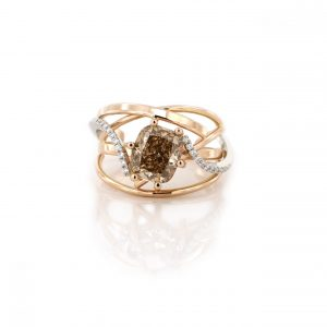 Sabine Eekels - 18 kt roodgouden ring met platina waarin een bruine diamant is gezet alsook enkele witte diamanten