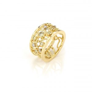 Sabine Eekels - 18 kt geelgouden brede ring met 'gesmolten draden' en licht groene en witte diamanten