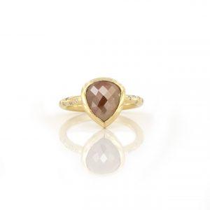 Sabine Eekels - 18 kt geelgouden ring met een fancy, roosgeslepen diamant en kleine diamanten in de scheen