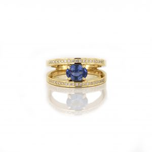 Sabine Eekels - 18 kt geelgouden moderne klassieker met een ovale, blauwe saffier en diamanten in de zijkanten