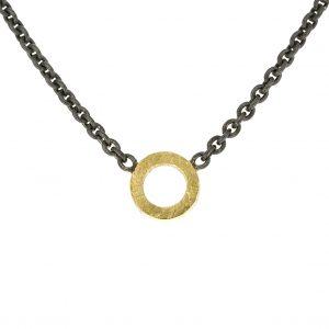 Zilveren collier met geelgouden cirkel BE.czg.20