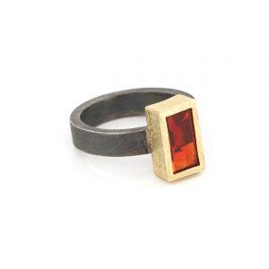 Zilveren ring met rechthoekige vuuropaal gezet in gouden zetting BE.U.rzg.0001